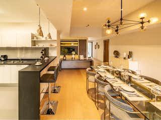 Una cocina con una mesa y sillas en ella en Departamento en venta en Bosque Real Country Club de 3 alcobas
