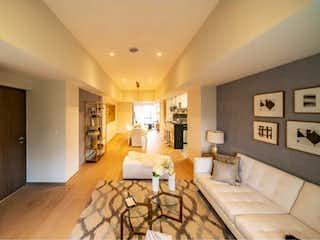 Una sala de estar llena de muebles y una mesa en Departamento en venta en Bosque Real Country Club, 150m² con Gimnasio...