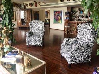 Un gran jarrón sentado en la parte superior de una mesa de madera en Departamento en venta en Bosque Real Country Club, 380m² con Jardín...