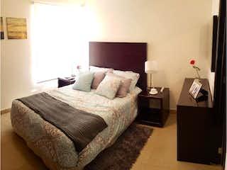 Una habitación de hotel con dos camas y un televisor en Departamento en Venta en Colinas de San José Tlalnepantla de Baz