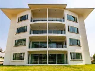 Un edificio muy alto con una ventana grande en Departamento en Venta en Lago de Guadalupe Cuautitlán Izcalli