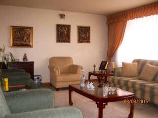 Una sala de estar llena de muebles y una mesa en Casa En Venta En Bogota Niza