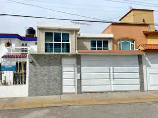Un edificio que tiene una ventana delante de él en Casa en venta en Fracc Izcalli Rinconada 187m² con Bbq...