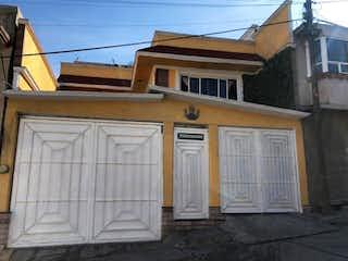 Una casa que tiene una ventana en la esquina en Casa en Venta en General Lázaro Cárdenas del Río Atizapán de Zaragoza
