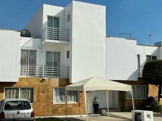 Un gran edificio blanco con un techo blanco en Casa en venta en Santa Maria Cuautepec con Jardín...