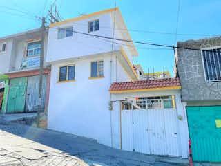 Un edificio blanco con una señal en él en Casa en Venta en Cardenas del Rio Atizapán de Zaragoza