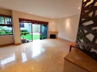 Un cuarto de baño con una bañera grande y una ventana grande en Casa en Venta en Interlomas Huixquilucan