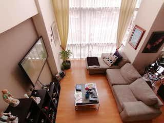 Una sala de estar llena de muebles y una ventana en Departamento en Venta en Hacienda de las Palmas Huixquilucan