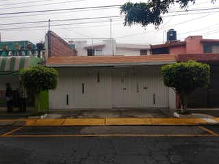Una escena de calle con un edificio y una calle en Casa en Venta en Villa de las Flores Coacalco de Berriozábal