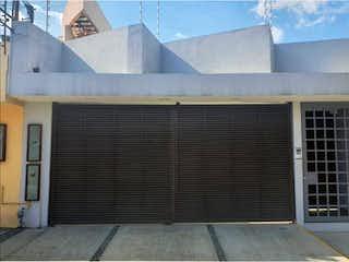Un edificio blanco con una ventana y una ventana en Casa en Venta en Ciudad Satelite Naucalpan de Juárez