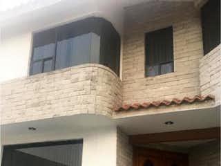 Un edificio que tiene una ventana en él en Casa en Venta en Lomas de Valle Dorado Tlalnepantla de Baz