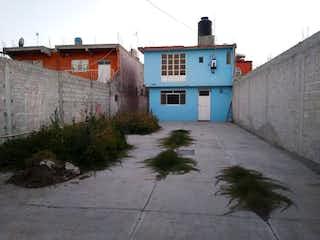 Un edificio blanco con un reloj en el costado en Casa en Venta en Santa Maria Ozumbilla Tecámac