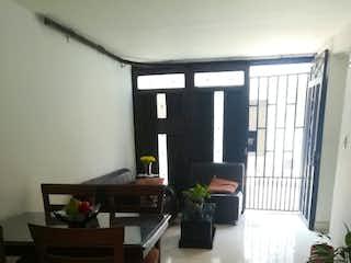 Una sala de estar llena de muebles y una ventana en Casa en venta en Guayabalía 93m²