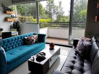 Una sala de estar llena de muebles y una ventana en Apartamento en La Mota