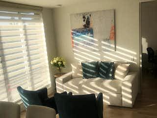 Una sala de estar llena de muebles y una gran ventana en Apartamento en Venta EL CAIRO