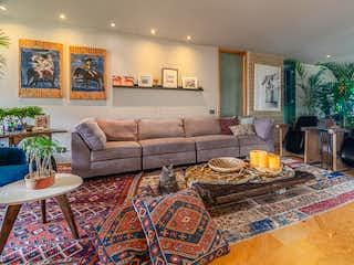 Una sala de estar con un sofá y una mesa de café en Apartamento en Venta ALTOS DEL POBLADO