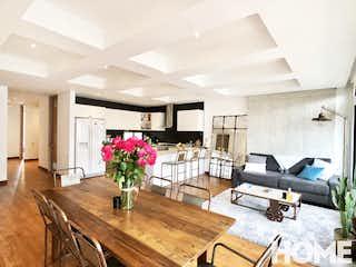 Una sala de estar llena de muebles y flores en MODERNO APARTAMENTO DE 2HABS Y ESTUDIO – VENTA/RENTA – Cra 18 Cll 85 – VIRREY