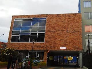 Un gran edificio de ladrillo con una gran ventana en SE VENDE APARTAMENTO EN SUBA LA CAMPIA - BOGOTA