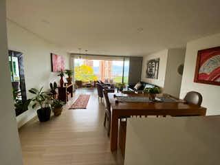 Una sala de estar llena de muebles y una mesa en Apartamento en venta en Loma Del Atravezado 130m² con Piscina...