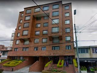 Un edificio alto con un reloj en la parte superior en Venta de apartamento Suba -Puente Largo Skyros (Venta Directa)