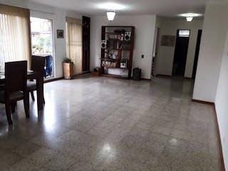 Una sala de estar llena de muebles y una mesa en APARTAMENTO EN LAURELES