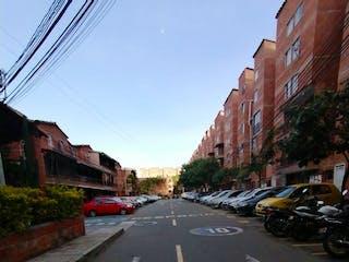 Una calle con coches estacionados a un lado en casa unifamilar venta niquia