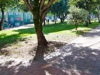 Una imagen de un árbol en un parque en Bogotá, Venta Casa Milenta 120 mts