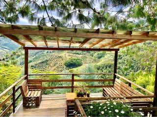 Un banco de madera sentado en medio de un bosque en Venta de Finca en Vereda Nazaret el Retiro