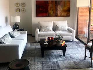 Una sala de estar llena de muebles y una ventana en Apartamento En Venta En Bogota Usaquén