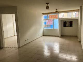 Una cocina con nevera y una ventana en Apartamento En Venta En Bogota Las Nieves