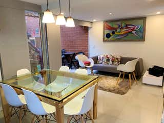 Una sala de estar llena de muebles y una gran ventana en VENTA CASA SURAMERICA, LA ESTRELLA