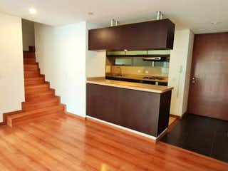 Una cocina con suelos de madera y suelos de madera en Apartamento en venta en Bella Suiza, 119mt duplex