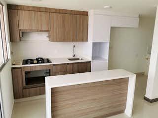Una cocina con un fregadero y un horno de cocina en SE VENDE HERMOSO APARTAMENTO PARA ESTRENAR EN LA ESTRELLA