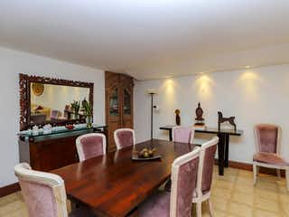 Una sala de estar llena de muebles y una lámpara de araña en Casa en Venta POBLADO