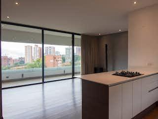 Una cocina con un fregadero y una estufa en Apartamento en Venta POBLADO