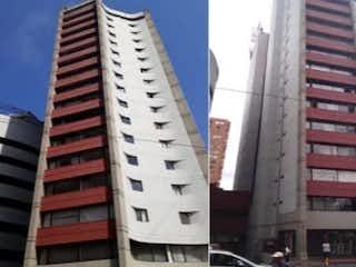 Un edificio alto con un reloj en él en Apartaestudio en Venta SURAMERICANA