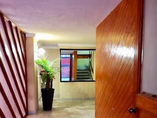 Una vista de una cocina desde el pasillo en Se vende departamento en la Colonia  Del Valle