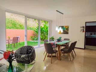 Una sala de estar llena de muebles y una gran ventana en Poblado Alto
