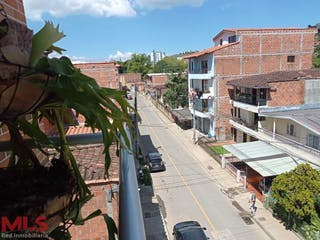 Una vista de una calle con un edificio en el fondo en 43 Avenida