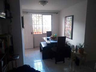 Una sala de estar llena de muebles y una ventana en Apartamento en venta en Barrio La América, de 59mtrs2