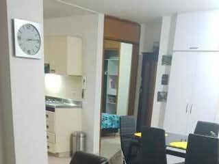 Una sala de estar con un sofá de cuero negro en Apartamento en venta en Barrio La América, de 82mtrs2