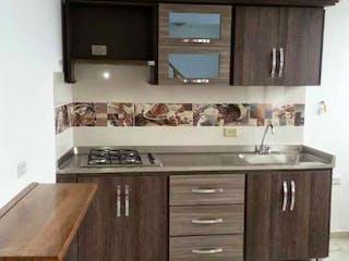 Una cocina con una estufa de fregadero y microondas en Apartamento en venta en La América