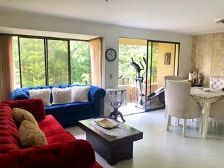 Una sala de estar llena de muebles y una gran ventana en Apartamento en venta en La Abadía, de 89mtrs2