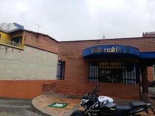 Una motocicleta estacionada delante de un edificio en Apartamento en Venta SURAMERICANA
