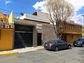 Un coche estacionado delante de un edificio en Casa en Venta,  Campestre Aragón, Gustavo A. Madero