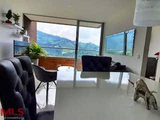 Una sala de estar llena de muebles y una gran ventana en Natura