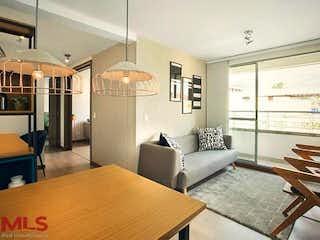 Una sala de estar llena de muebles y una mesa en Mediterránea