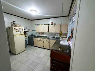 Una cocina con una estufa de fregadero y nevera en Casa en venta en Florida Nueva de 132 mtrs2