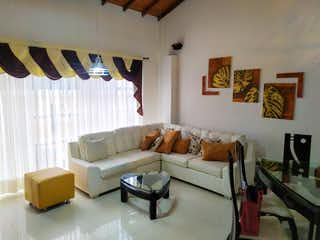 Una sala de estar llena de muebles y una gran ventana en Venta de Dúplex en Marinilla