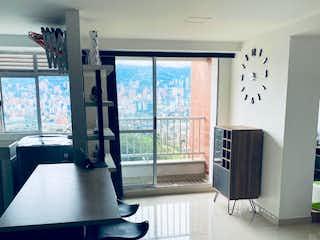 Un cuarto de baño con lavabo y un espejo en  Venta de Apartamento en Rodeo Alto